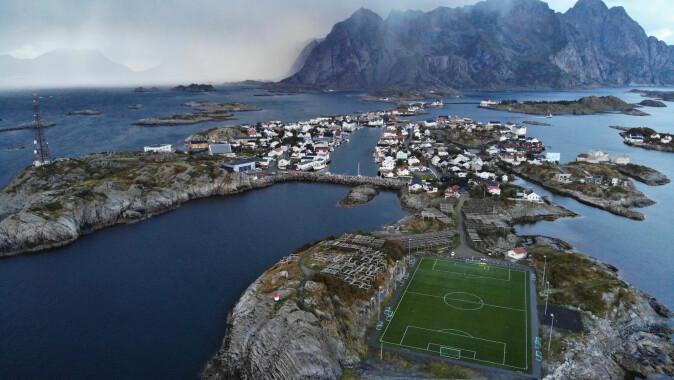 Henningsvær – her med fotballbanen som gikk viralt for noen år siden, i forgrunnen – er finalist i kåringen av Norges mest attraktive sted. Det er innbyggerforeningen stolt av.