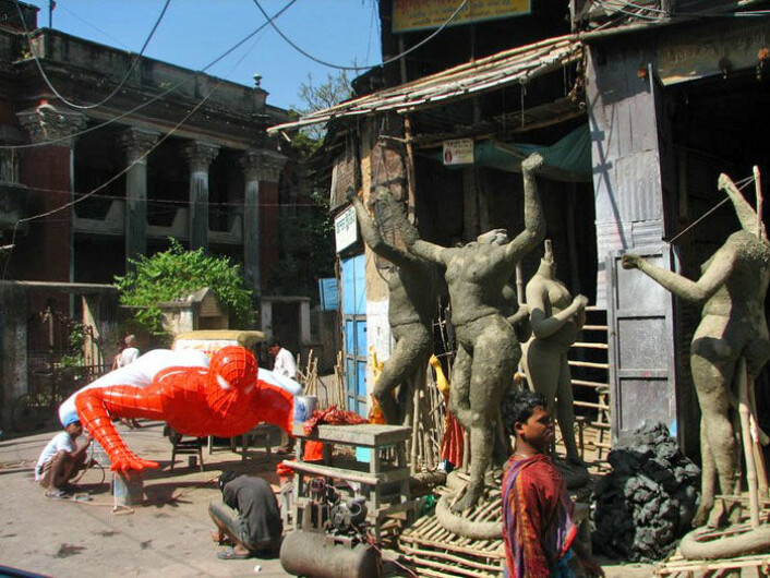 I bydelen Kumartuli står gammelt og nytt side om side. En modell av Spiderman for et kjøpsenter lages ved siden av de tradisjonelle statuene av gudene. Klikk på forstørrelsesglass for større versjon. (Foto: Geir Heierstad)