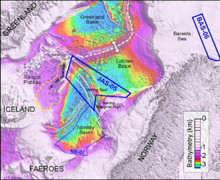 """""""Kartet viser dybde og hovedstrukturer. De blå rammene viser de siste flymagnetiske kartleggingene i Barentshavet (BAS-06) og langs Jan Mayen-bruddsonen (JAS-05). NB-07-rammen viser omrisset av den planlagte datainnsamlingen i Norskebassenget. Områder som er skravert hvitt viser tykke lag med vulkanske bergarter avsatt under åpningen av Atlanterhavet."""""""