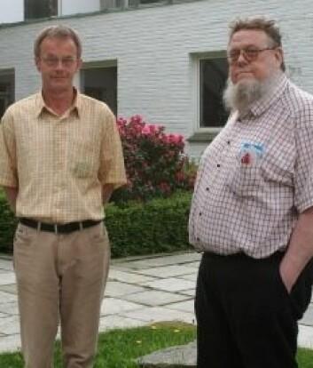 Professorene Hans Jarle Kind og Helge Østbye utenfor NHH.