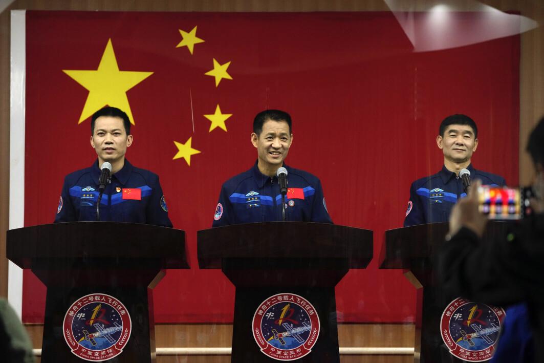 Tang Hongbo (til venstre) Nie Haisheng og Liu Boming blir det første mannskapet som skal leve på den nye kinesiske romstasjonen. Nie har kommandoen om bord når de skytes opp torsdag morgen.