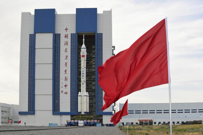 Bæreraketten Den lange marsjen 2F skal føre romkapselen Shenzhou-12 og de tre taikonautene ut i verdensrommet.
