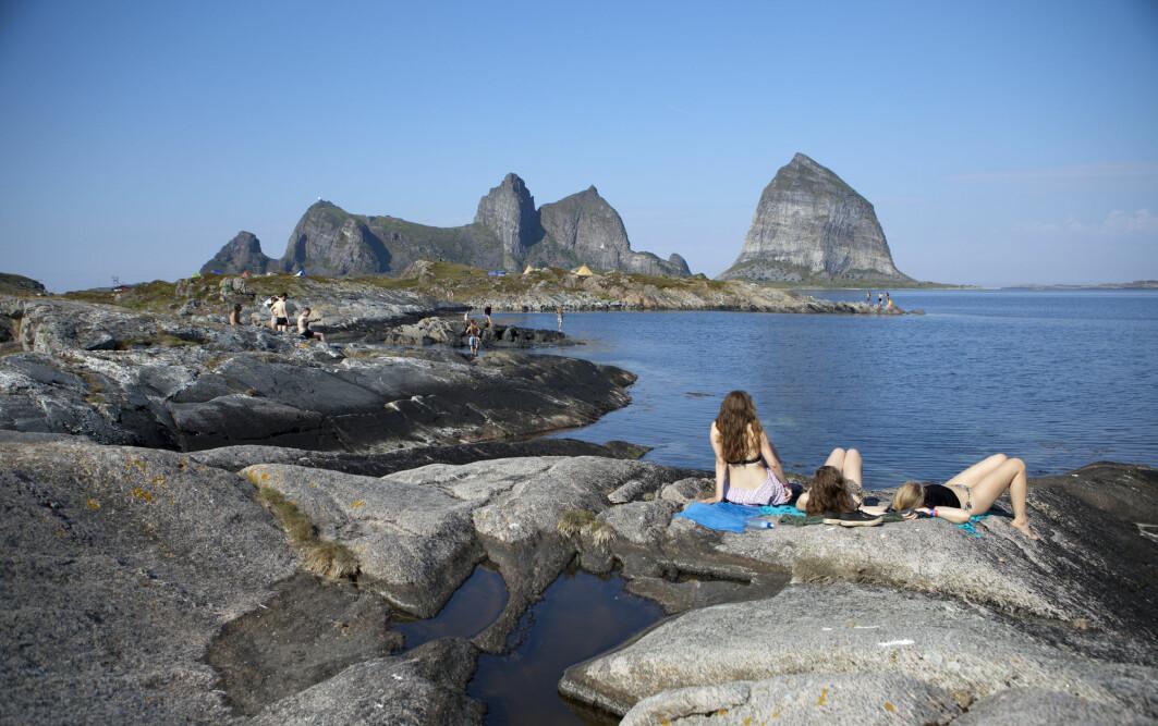 Så snart det er mulig, trekker vi ut for å sole oss. Her er solbadere på Træna i Nordland.