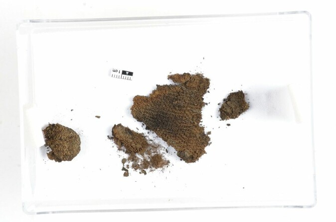 The wool fabric is of the type called diamond twill, and has a pattern reminiscent of that found in jeans. The fibres in this fragment are so well preserved that archaeologists hope to make isotope analyses of it.