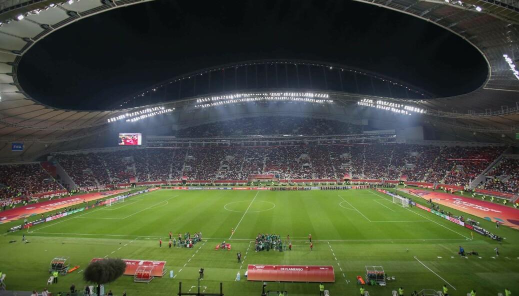Fotball-VM i Qatar er omstridt, blant annet med tanke på rettighetene til alle gjestearbeiderne som bygger anleggene. Her fra Khalifa stadion i Doha.