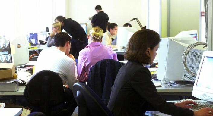 Det er særlig andre samtaler som forstyrrer når man sitter i åpne kontorlandskaper. (Foto: Colourbox)