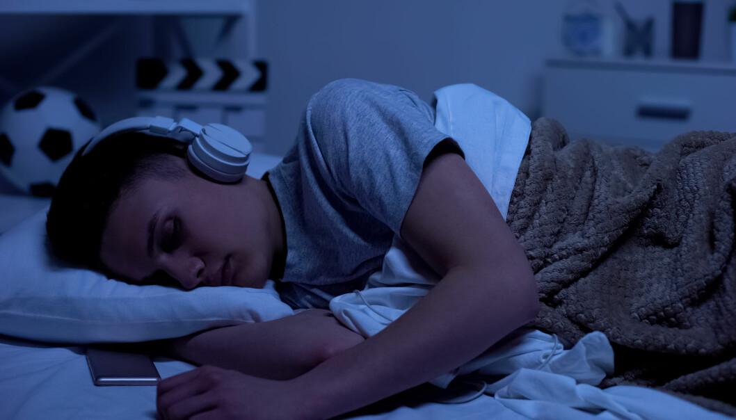 Noen av oss liker også å høre på musikk når det nærmer seg kvelden fordi den får oss til å slappe av. Hvor lurt er det egentlig?