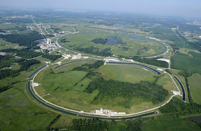 Fermilab med Tevatron avmerket, fra lufta. (Kilde: Fermilab)