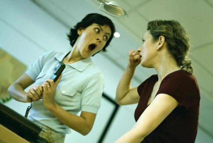 Hjernen vår ser ut til å vere programmert til å lytte til sladder. Og nei; det gjeld ikkje berre kvinner. (Foto: Colourbox)