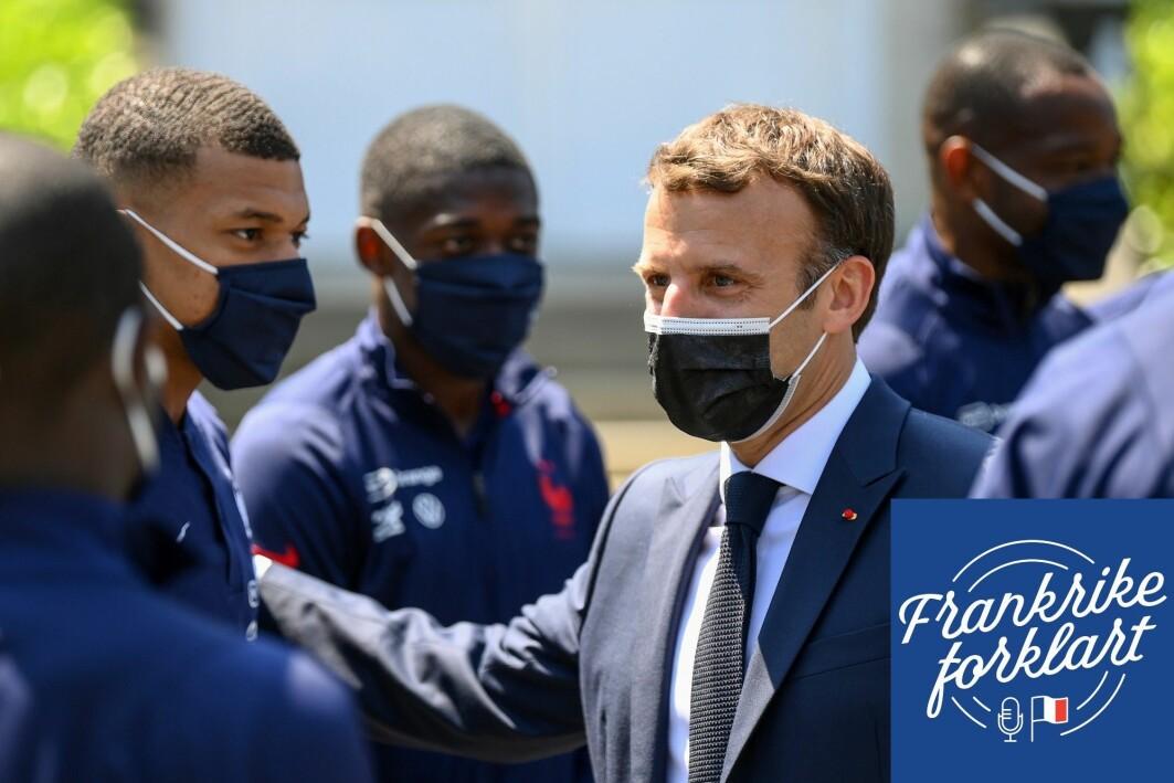 Frankrikes president hilser på Kylian Mbappé (venstre), som regnes som en av verdens beste fotballspillere.