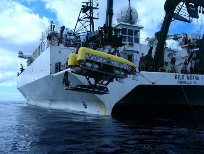 """"""" Nereus senkes til verdens dypeste havgrop ved Challengerdypet i Marinergropen på 10 902meter. (Foto:""""Matt Heintz, Woods Hole Oceanographic Institution)"""""""