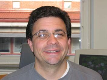 """""""Charles Vilà studerer genomikk."""""""