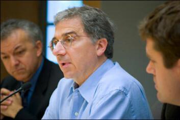 """""""Forskere ved Harvard University Stem Cell Institute (fra venstre til høyre); George Daley, Doug Melton og Kevin Eggan, forteler media om sine planer om å gjennomføre somatisk kjerneoverføring for å hente ut sykdomsspesifikke embryonale stamceller."""""""