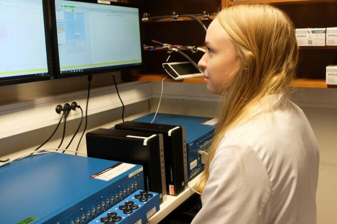 Carina Geiss følger med på hvordan testbatteriene klarer seg.
