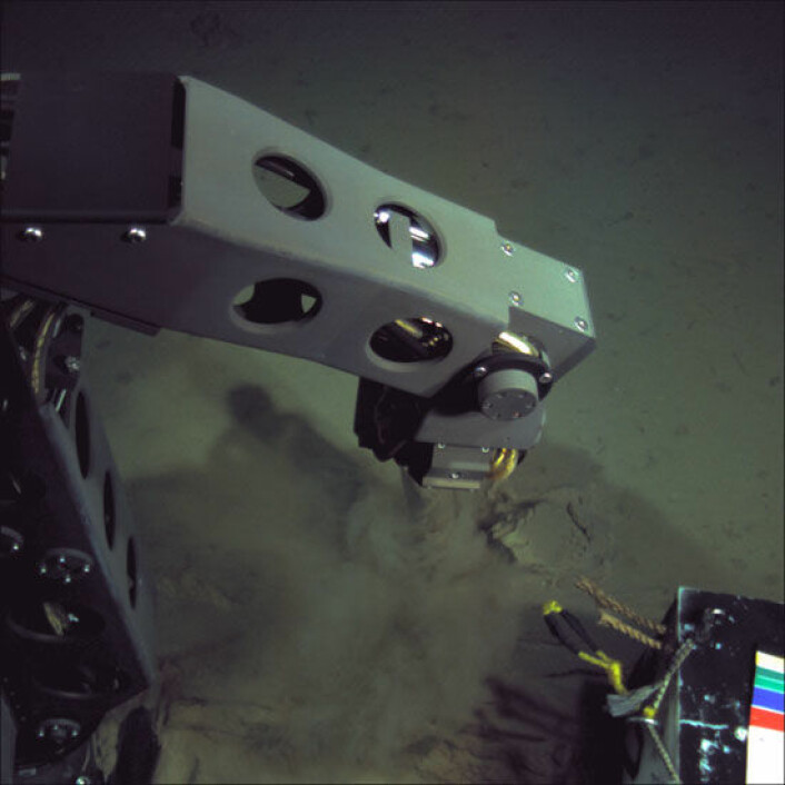 """"""" Nereus`robotarm samler prøver fra verdens dypeste havdyp. (Foto: Matt Heintz, Woods Hole Oceanographic Institution)"""""""