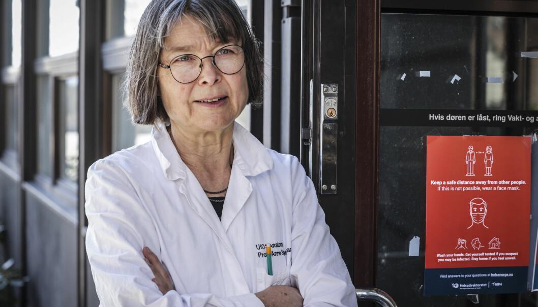 Immunolog Anne Spurkland sier man velger mellom å ta vaksinen eller å bli koronasmittet.
