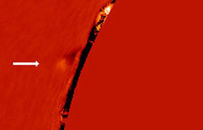 """""""Ved pilen kan du se kometen i det den er på vei inn i solens kromosfære. Dette bildet er tatt med et av instrumentene i solobservatoriet på Mauna Loa-vulkanen. (Foto: Claire Raftery, Juan Carlos Martinez-Oliveros, Samuel Krucker/UC Berkeley)"""""""