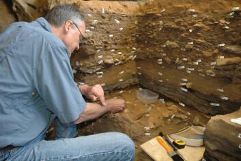 Professor Christopher Henshilwood graver ut i den sørlige delen av Blombos Cave. Henshilwood er professor ved Univeristetet i Bergen og University of the Witwatersrand i Sør-Afrika. (Foto: C. Henshilwood og M. Haaland)