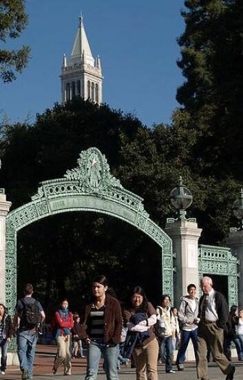 Sather Gate og Sather Tower, begger på UC Berkeley, er oppkalt etter Peder Sæther, en norsk bankmann som var med på å grunnlegge Berkeley. (Foto: Trisweb/Wikimedia Creative Commons)