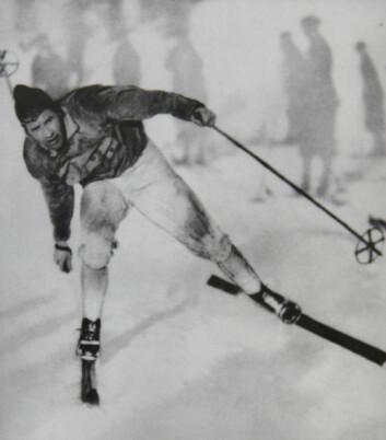"""Johan Grøttumsbråten idet han passerer mål som vinnar av 18 km under verdsmeisterskapen på ski i tyske Oberhof i 1931. """"Skikonge"""" er eitt av om lag hundre ord på ski i ordboka. (Foto: Skimuseet)"""