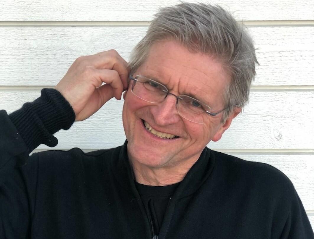 Geir Selbæk har har forsket på demens i mange år. Han er opptatt at det er mye vi selv kan gjøre for å forebygge sykdommen. En internasjonal forskergruppe som han deltar i har funnet de viktigste risikofaktorene for sykdommen. De finner at hørselstap slår tydeligst ut. Nå har den 58 år gamle forskeren tatt dette på alvor og skaffet seg høreapparat.