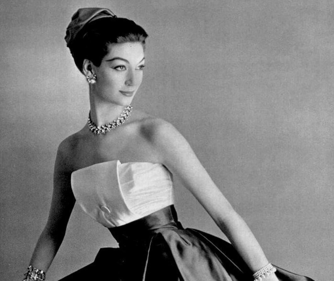Mote fra Paris har alltid vært kjennetegnet av eksklusivitet og luksus. Her poserer en modell i en elegant kjole hos designeren Maggy Rouff Paris i 1958.