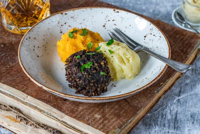 I Skottland består nasjonalretten haggis av innmat av sau, sammen med havregryn, løk og krydder. Haggisen er som Norges nasjonalrett fårikål på den måten at den slett ikke dukker opp på matbordet så veldig ofte.