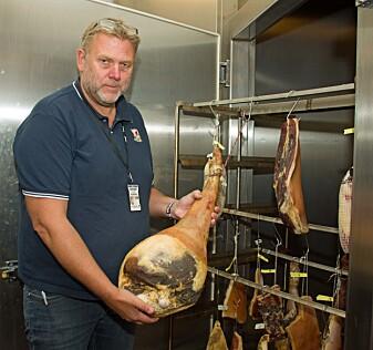 Tom Christen Johannessen arbeider med å utvikle nye produkter av kjøtt. På bildet er det snakk om spekemat – til høsten blir det mer blod.
