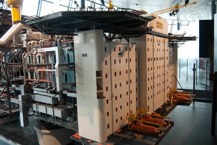 Boligblokk på åpent hav. Modellen av Statfjord B-plattformen. Spesielt med denne plattformen var at boligkvarteret lå plassert langt vekk fra produksjonsarealet, av sikkerhetshensyn, ifølge Hadland. (Foto: Marianne Nordahl)