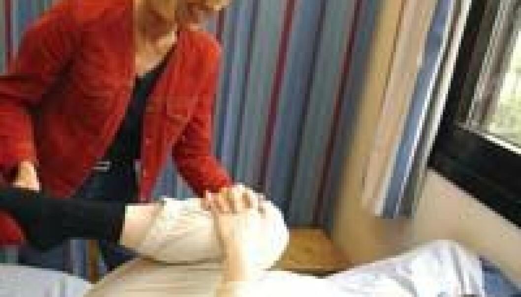 """""""Britt Stuge hjelper Birgitte Overland med øvelser. Stuge har forsket på et nytt treningsopplegg som har gitt gode resultater for kvinner med bekkenplager."""""""