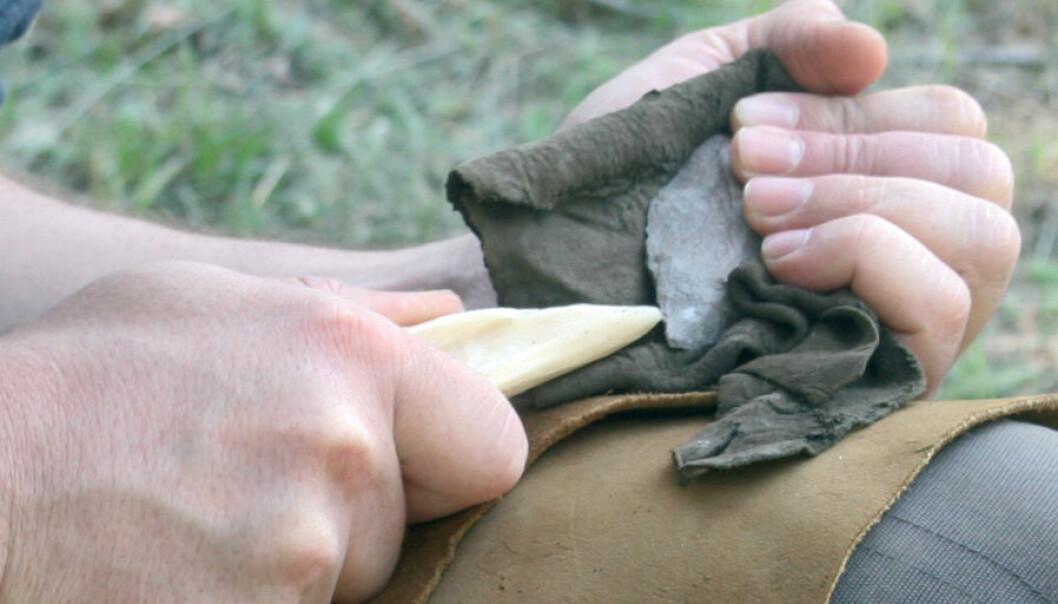 Her etterlikner forskerrne teknikken, ved å presse et verktøy i tre mot steinen, et oppvarmet silikat. Bildet er tatt i Iziko Museum, Cape Town. (Foto: C. Thiébaut)