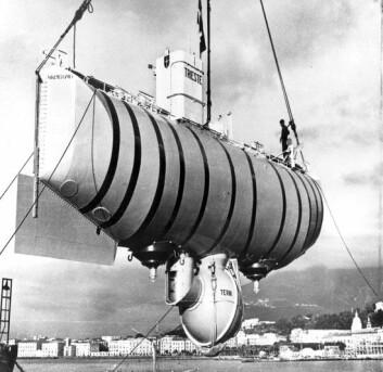 """""""Batyskafen USS """"Trieste"""" rett før rekorddykket i Marinergropen 23. januar 1960. Første og eneste gang mennesker har dykket nesten 11 000 meter.(Foto: U. S. Navy)"""""""