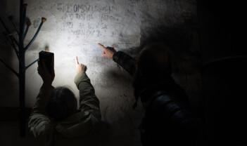 Hva står det på veggen i Kvitseid gamle kirke?