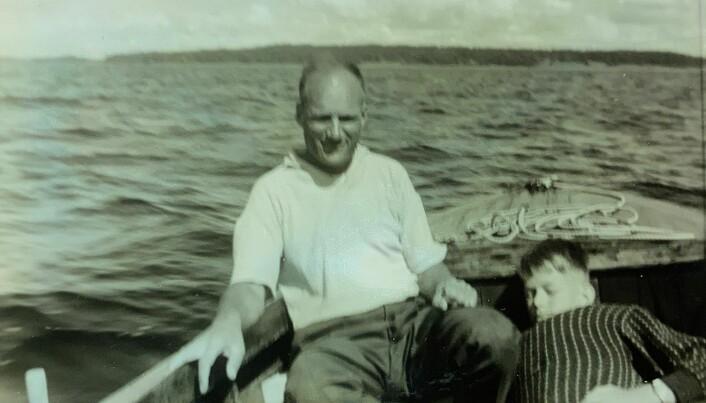 Far og sønn i Putte på Oslofjorden. I bakgrunnen Bastøy. Mitt oppsvulmede utseende skyldtes redningvest under genseren.