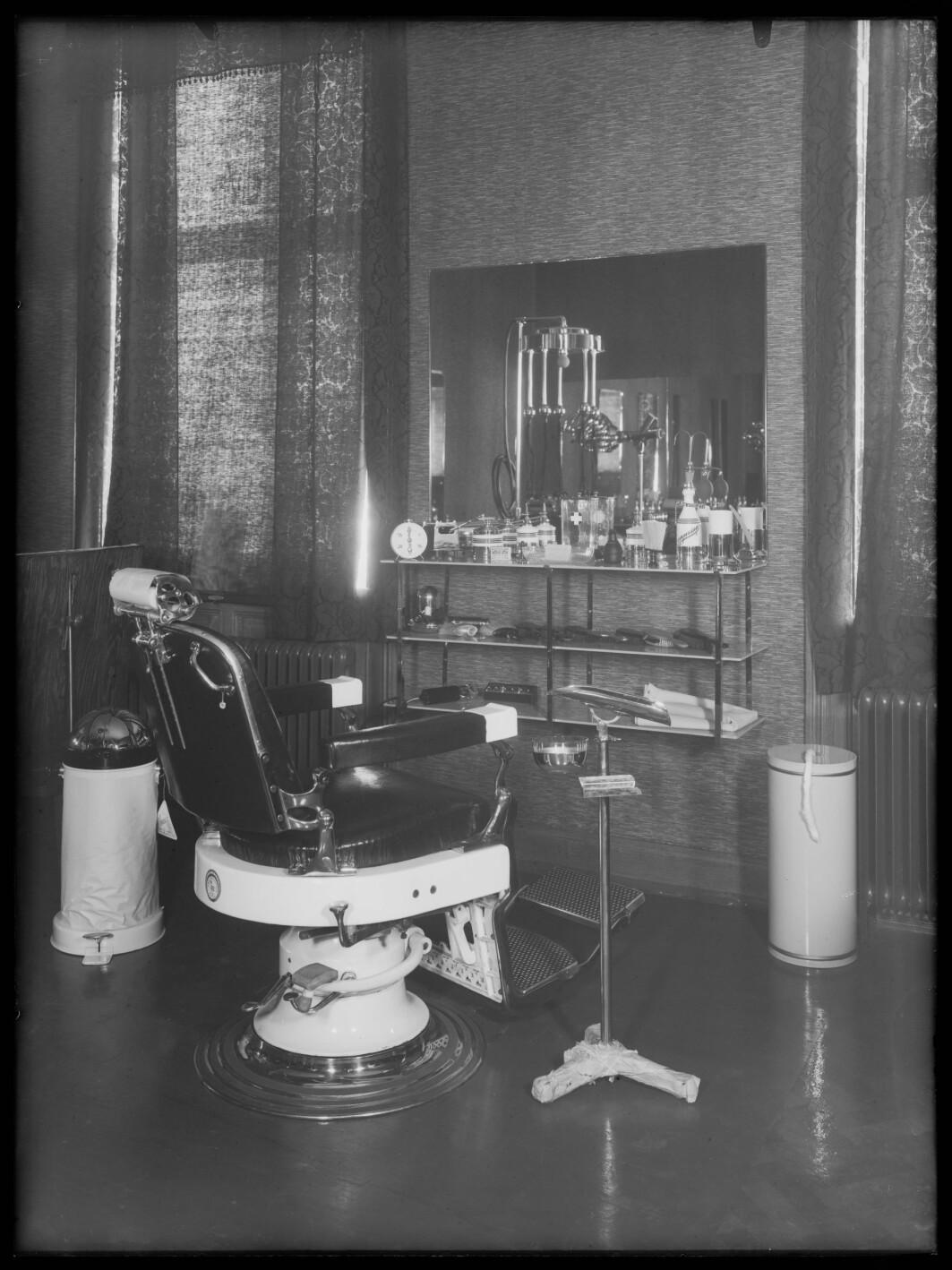 Dette skal være et tannlegekontor i Skippergata i Oslo. Det kan se ut som det også ble begått barbering på samme sted. Fotoets alder er ukjent. Antagelig er det tatt mellom 1929 og 1955.