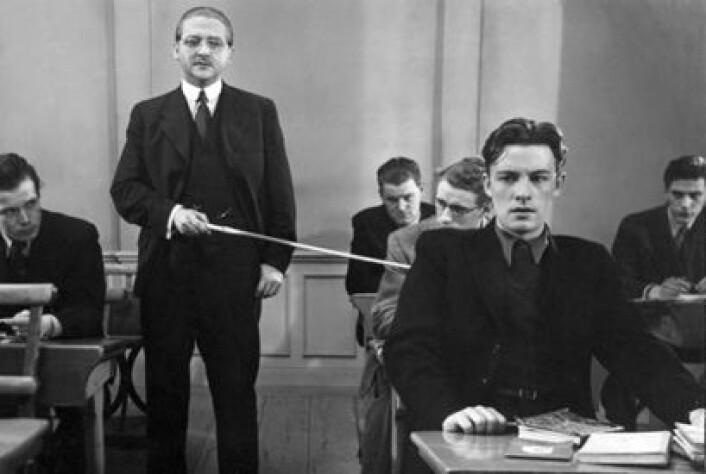 Det svenske etterkrigsoppgjøret med nazismens idealer skapte også ringvirkninger over på andre felt, og satte blant annet fart i en endring av idealene som styrte den svenske skolen. I Ingemar Bergmans debutfilm Hets (1944) var typisk nok den autoritære og brutale hovedpersonen latinlærer. (Foto: Louis Huch/Svensk Filmindustri)