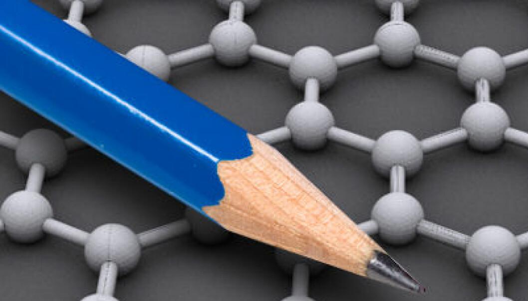 En blyantspiss avsetter små mengder grafén, som er grafitt i ett atoms tykkelse. Men det tok forskning verd en Nobelpris i fysikk å fremstille grafén kontrollert. I bakgrunnen strukturen til grafén: karbonatomer i sekskantmønster. (Illustrasjon: AlexanderAlUS (modell), Creative Commons, se lisens/Dmgerman (blyant), Creative Commons, se lisens)