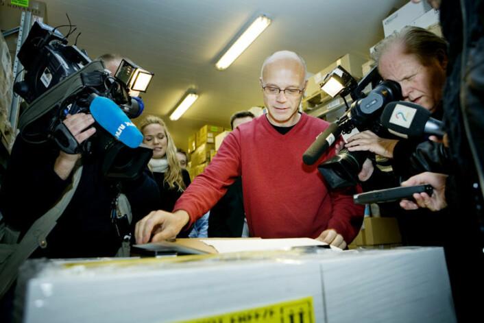 Bjørn Iversen åpner den første pallen med H1N1-vaksine på 50 000 doser på Europharma Nordics sitt lager i Bærum 12. oktober 2009. (Foto: Jon-Michael Josefsen / Scanpix)