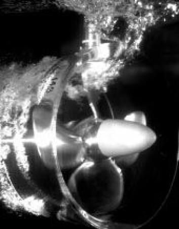 """""""I høy sjø vil propeller som når vannskorpen, miste tak i vannet, og hastigheten øker kraftig: Propellen får en utrusning og mister 70-80 prosent av effekten på kort tid."""""""