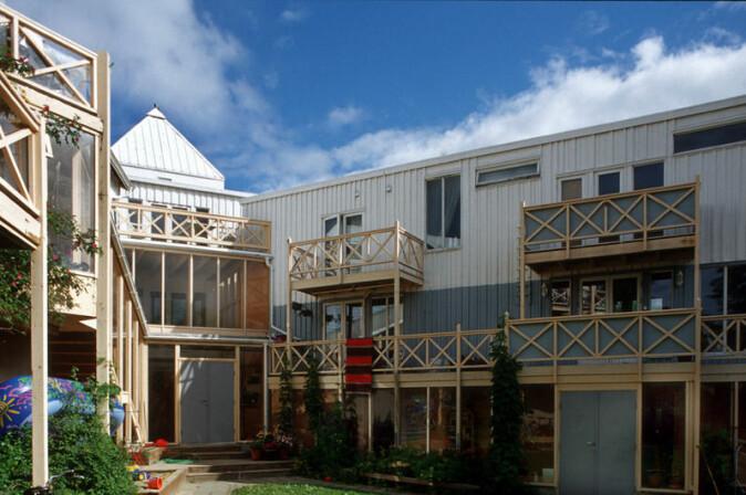 Gårdsrommet til Villa Holmboe er sørvendt og ligger godt beskyttet mellom boligfløyene.