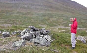 Arkeolog Stine Barlindhaug registrerer en førkristen samisk urgrav i Porsangermoen - Halkavarre skytefelt. (Foto: Alma Thuestad, NIKU)