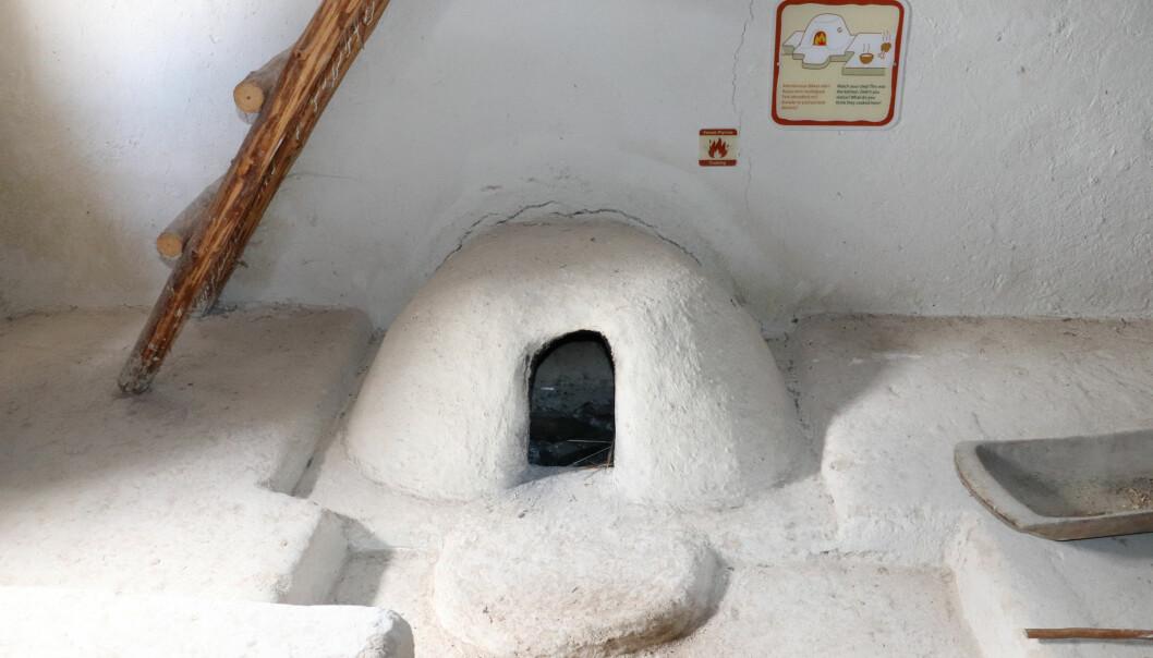 Dette er et rekonstruert ildsted fra yngre steinalder. Ildstedet ga varm mat - men også mye røyk.