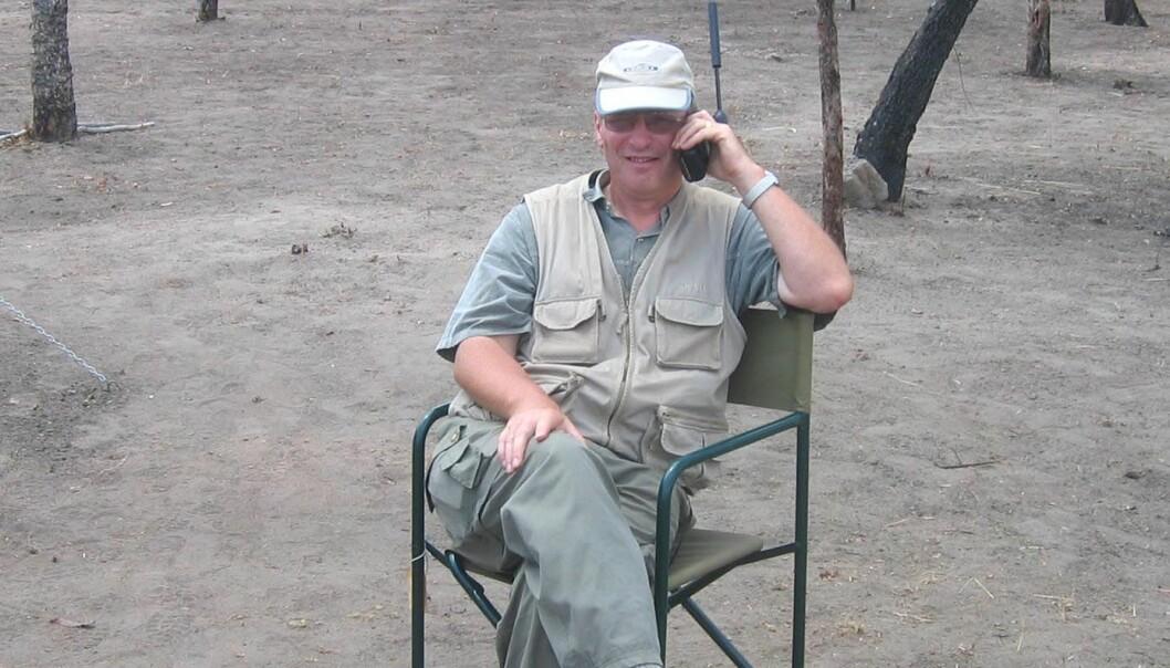 """""""Ron Boyd leder den norske delen av feltarbeidet i Mosambik. Her i Camp Lugenda i fjor høst. Det øverste bildet viser geologene Arne Solli, Jan Sverre Sandstad og Roger Key som studerer bergartsprøver i leiren."""""""