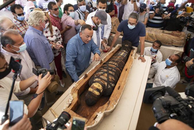 59 sarkofager med mumier ble funnet i Saqqara i Egypt i fjor. Her er turisme- og antikvitetsminister Khalid el-Anany (til høyre) og Egypts antikvitetsrådsleder på åpningen av en av dem.