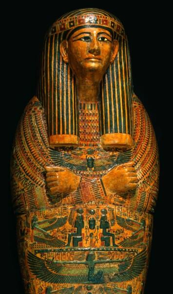 Mumiekiste i egyptutstillingen på Kulturhistorisk museum. Heretter blir den første mumien som kom til Norge, Dismutenibtes, pakket inn.