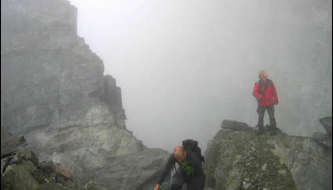 Øverst i Åkneset synker fjellet inn nærmere 15 centimeter per år. Her starter Åknesremna som strekker seg 600 meter på skrå nedover den ustabile fjellsiden. (Foto: NGU)