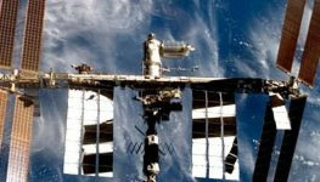 10 år har gått siden den første romstasjonsmodulen ble skutt opp. Nå er stasjonen stor som en fotballbane. (Foto: ESA/NASA)