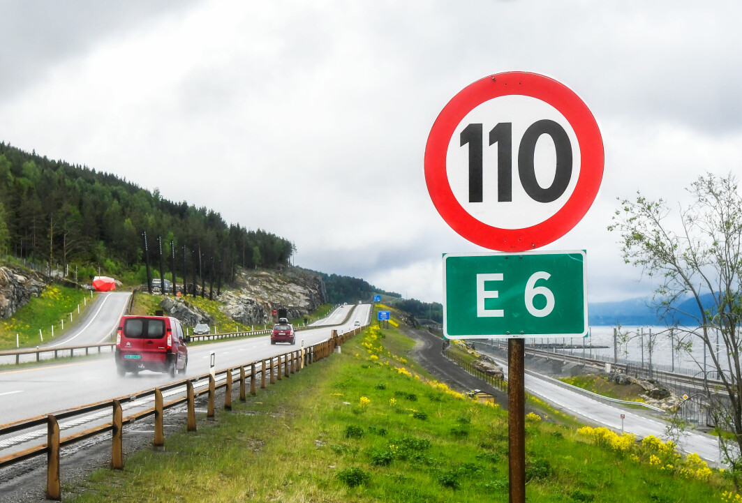 Fartsgrense 110 kilometer i timen på ny E6 langs Mjøsa. Like nord for Strandlykkja mellom Minnesund og Kolomoen.