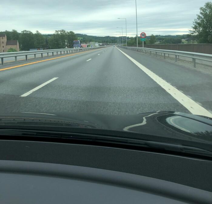En del skilt skal ifølge skiltnormalene til Statens vegvesen plasseres på begge sider av kjørebanen.