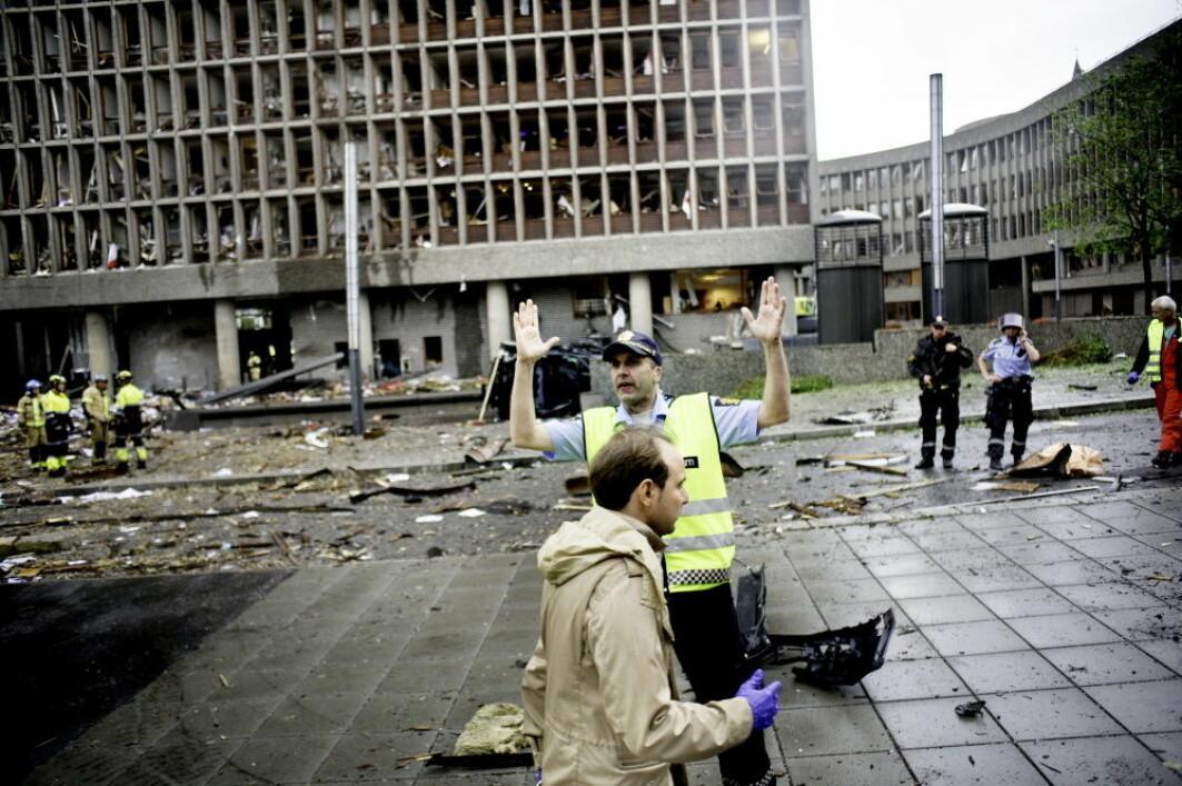 Det var nesten ubegripelig for oss å forstå at kun én person stod bak planleggingen og gjennomføringen av den verste terroren som har rammet Norge. Her fra regjeringskvartalet der politi, hjelpemannskap og brannmenn er i gang med å få oversikt over skadene og skadde..